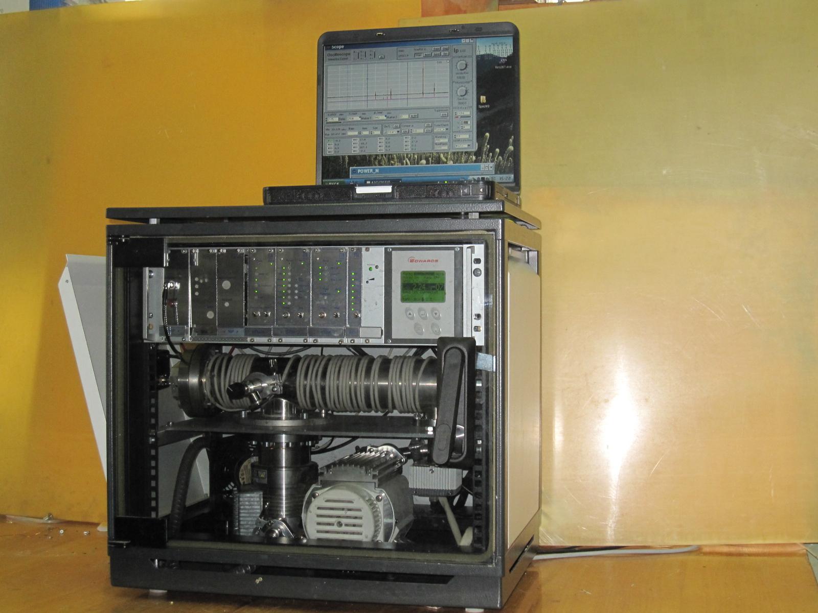 Масс-спектрометр МС-400 на рабочем месте