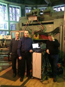 Сотрудники ФТИ Иоффе возле циклотрона и масс-спектрометра МС-200 (фото)